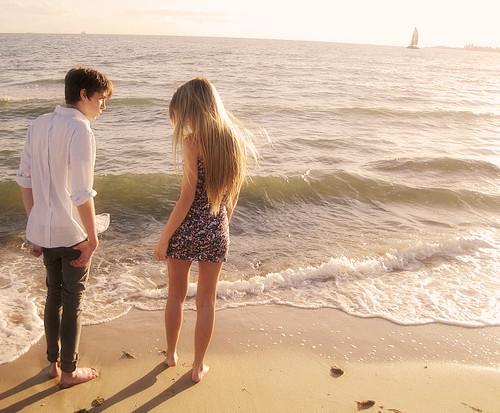 爱情情侣海边手牵手壁纸