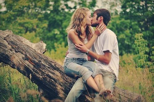 情侣亲吻意境图片_亲吻着你的脸