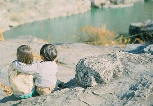 小孩背影意境图片