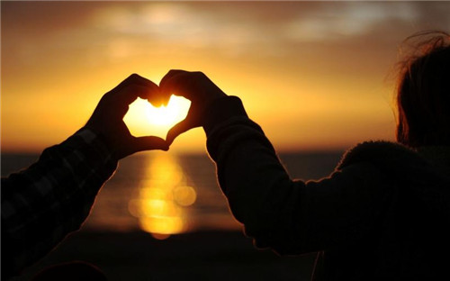 唯美心形手势图片_相依的爱情