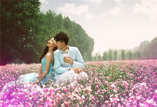 花海情侣图片_幸福浪漫的情侣